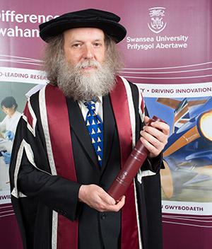 Alan Cox 被斯旺西大学授予荣誉学位-芊雅企服