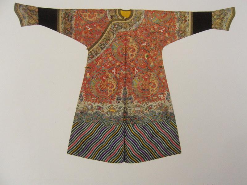 图135 清光绪孝定景皇后刺绣婚庆吉服(现藏北京故宫博物院) 刺绣与婚嫁的风俗