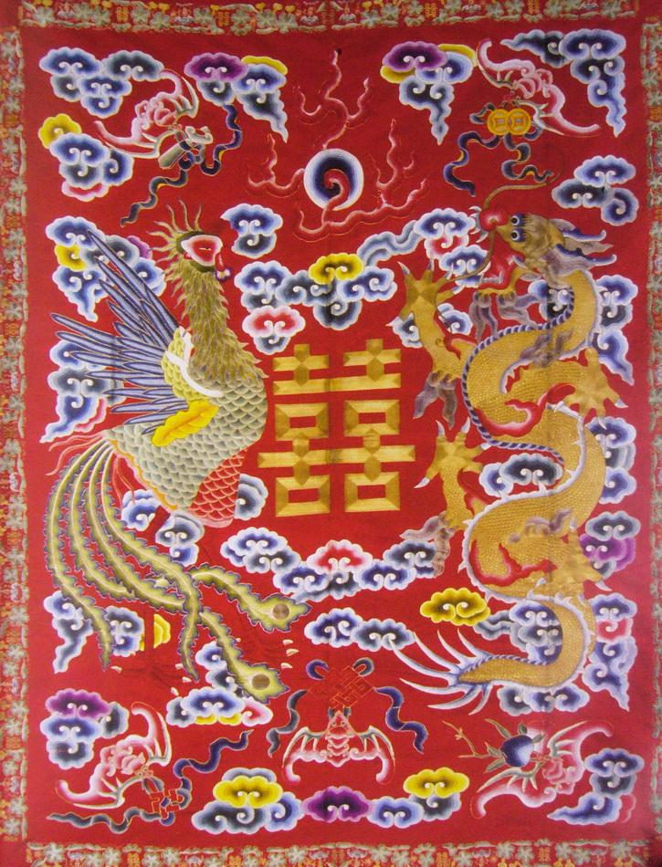 """图140 刺绣""""龙凤双喜""""图案炕垫料(现藏北京故宫博物院) 刺绣与婚嫁的风俗"""