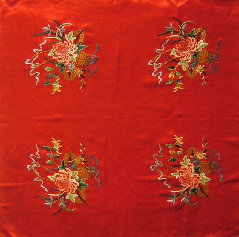 图142 结婚刺绣红盖头(现藏北京邵晓琤织绣研究院) 刺绣与婚嫁的风俗