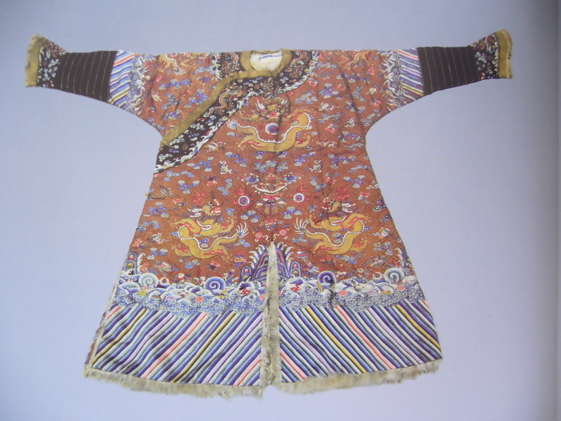 图2 3 1 4 旧料新绣龙袍 如何鉴定仿旧刺绣?