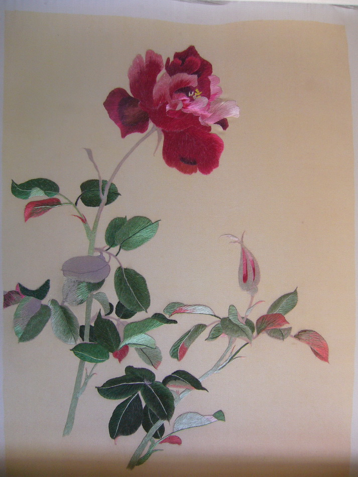 图5 1 9 喷绘底绣进行中 当代刺绣有哪些创新?