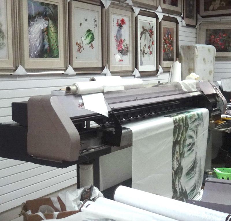 图5、喷绘打印机正在刺绣面料上打印绣稿 8000人年入16亿!揭秘一统市场的喷绘底刺绣——针尖上绣出的16亿年产值,你也可以!